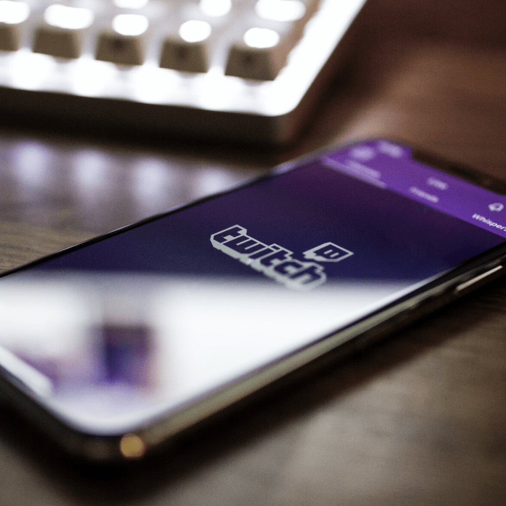 Un smartphone sur lequel apparaît le logo de la plateforme de streaming Twitch