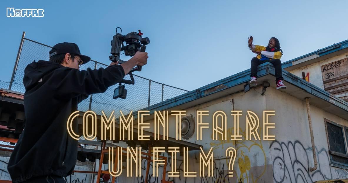 Un caméraman qui filme un adolescent assis sur un toit