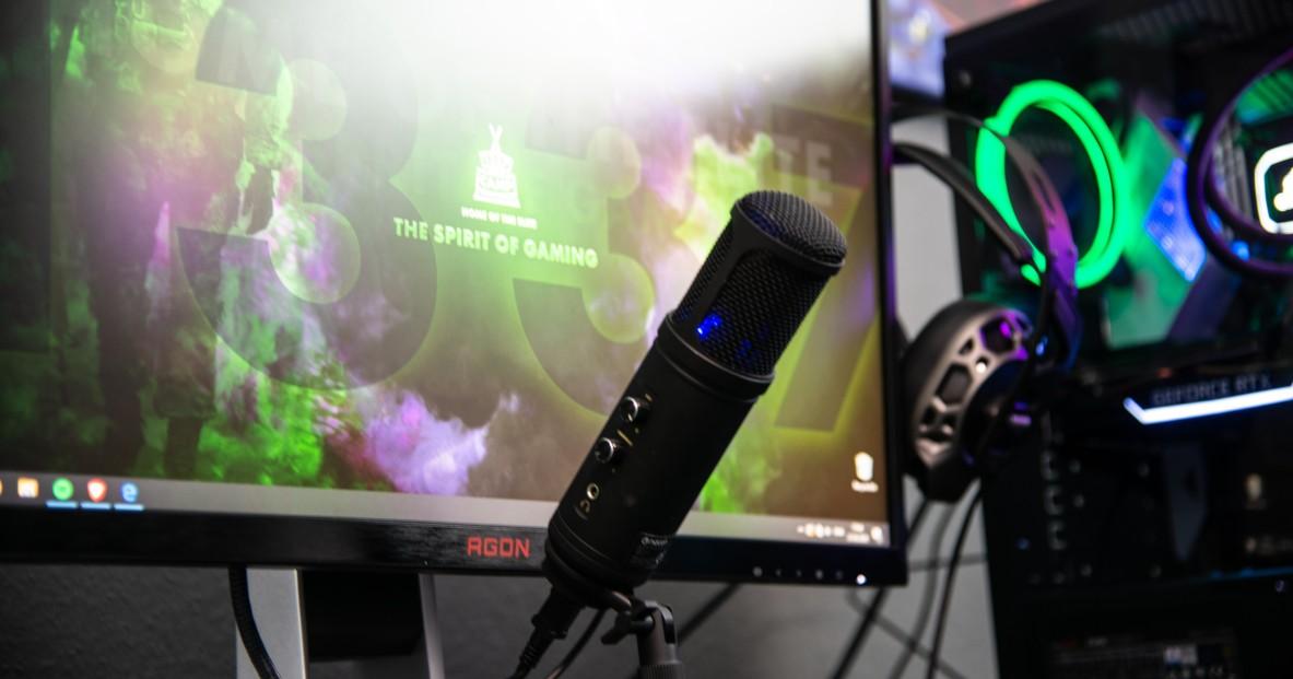 Un micro devant un écran d'ordinateur pour faire du streaming sur Twitch