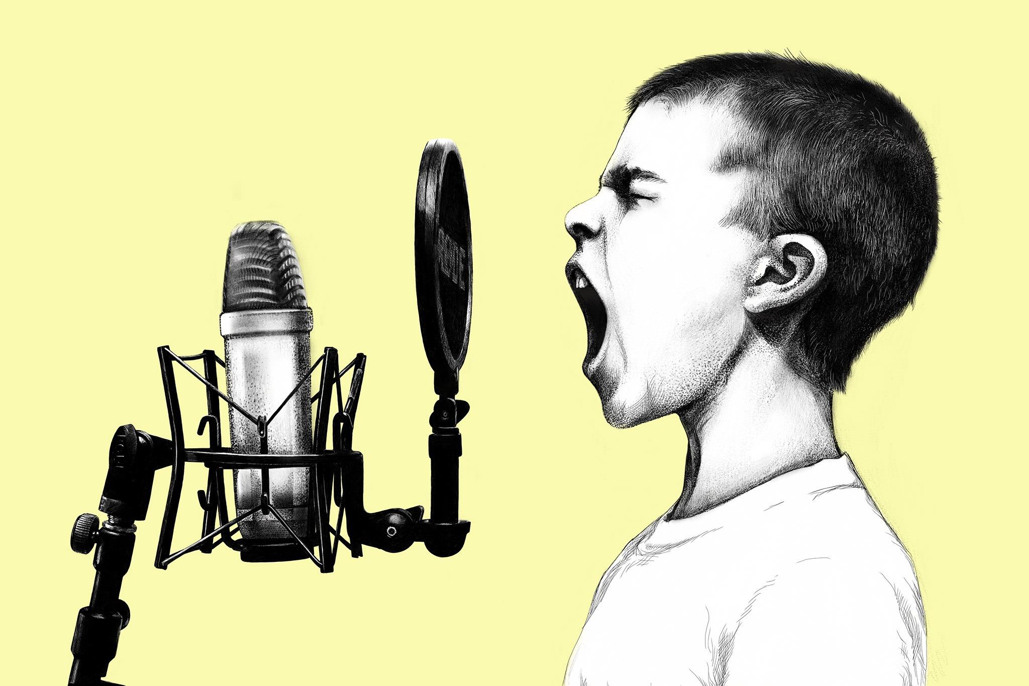 Enfant qui chante devant le filtre pop d'un micro sur fond jaune pâle